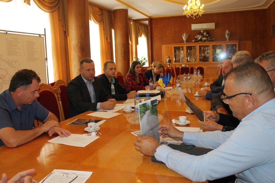 Румунську фірму зобов'язали відновити облущений асфальт на дорозі в Рахівському районі (ФОТО), фото-2