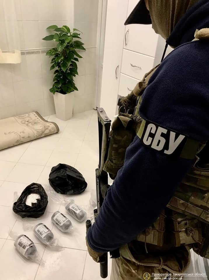 Наркотики на пів мільйона та цілий арсенал зброї: На Закарпатті провели спецоперацію (ФОТО, ВІДЕО), фото-2