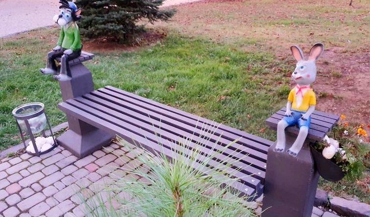 """В Ужгороді облаштували лавицю із героями """"Ну, постривай"""" (ФОТОФАКТ), фото-1"""