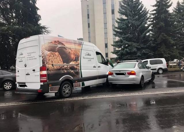 ДТП в Ужгороді: на проспекті Свободи не розминулись мікроавтобус і легковик (ФОТО), фото-1