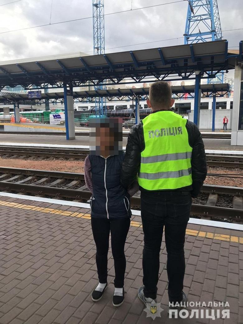 Закарпатка на столичному вокзалі витягнула  із сумки пасажирки гаманець із грішми (ФОТО), фото-1