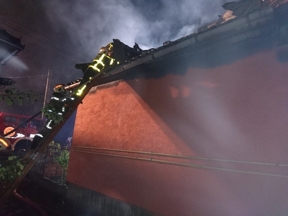 У Берегові пожежа знищила частину житлового будинку та автомобіль (ФОТО), фото-1
