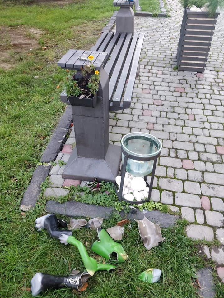 """В Ужгороді невідомі потрощили лавицю із героями """"Ну, постривай""""  (ФОТО), фото-1"""
