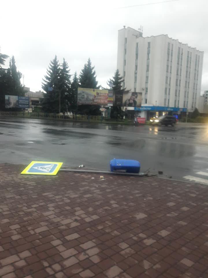 """Знову вандалізм: в Ужгороді невідомий вирвав з """"корінням"""" дорожній знак (ФОТО), фото-3"""