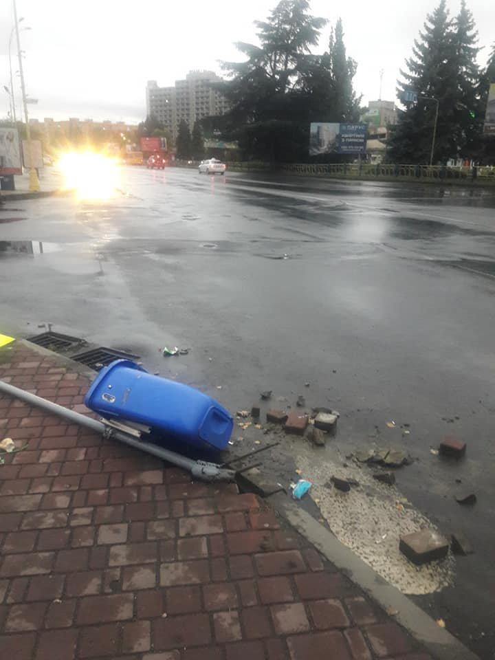 """Знову вандалізм: в Ужгороді невідомий вирвав з """"корінням"""" дорожній знак (ФОТО), фото-2"""