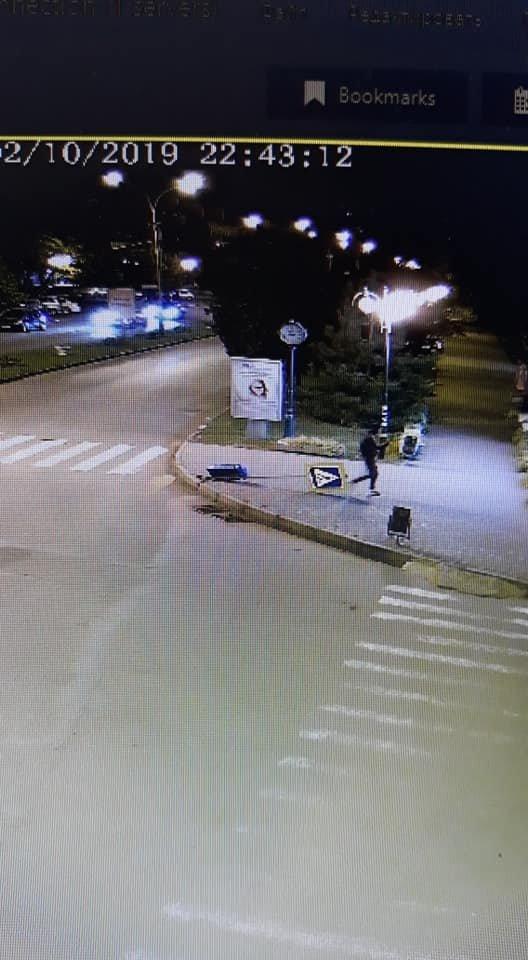 """Знову вандалізм: в Ужгороді невідомий вирвав з """"корінням"""" дорожній знак (ФОТО), фото-1"""