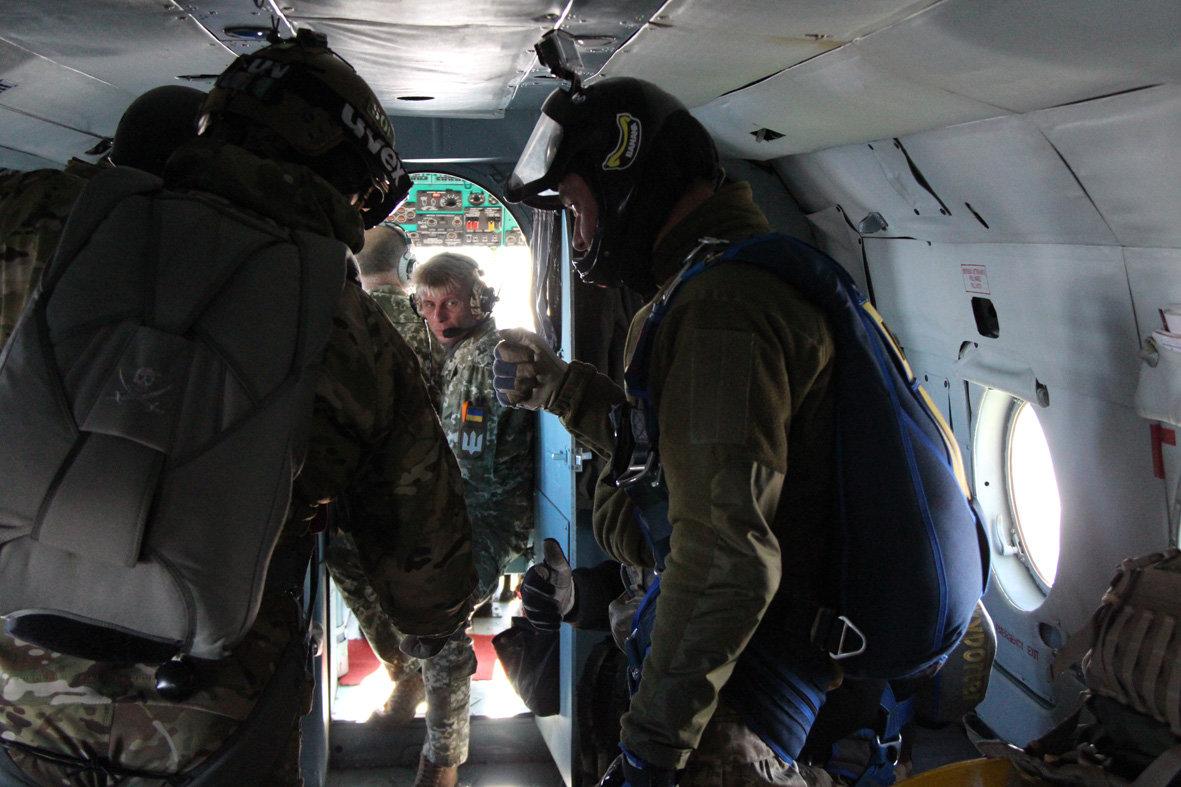 Українські військові рятувальники здійснили стрибки з парашутом на найвищу точку України — гору Говерлу, фото-4