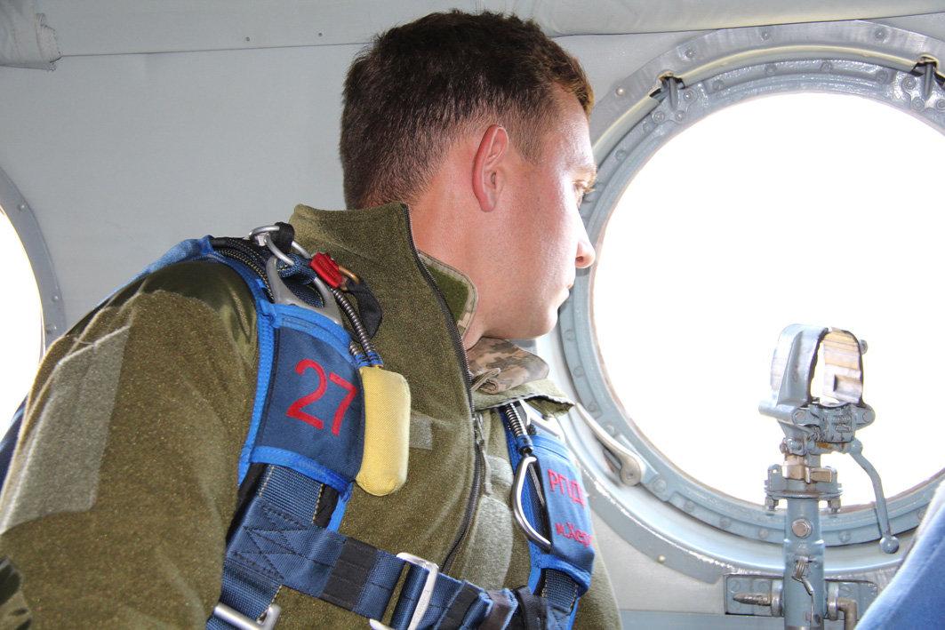 Українські військові рятувальники здійснили стрибки з парашутом на найвищу точку України — гору Говерлу, фото-5