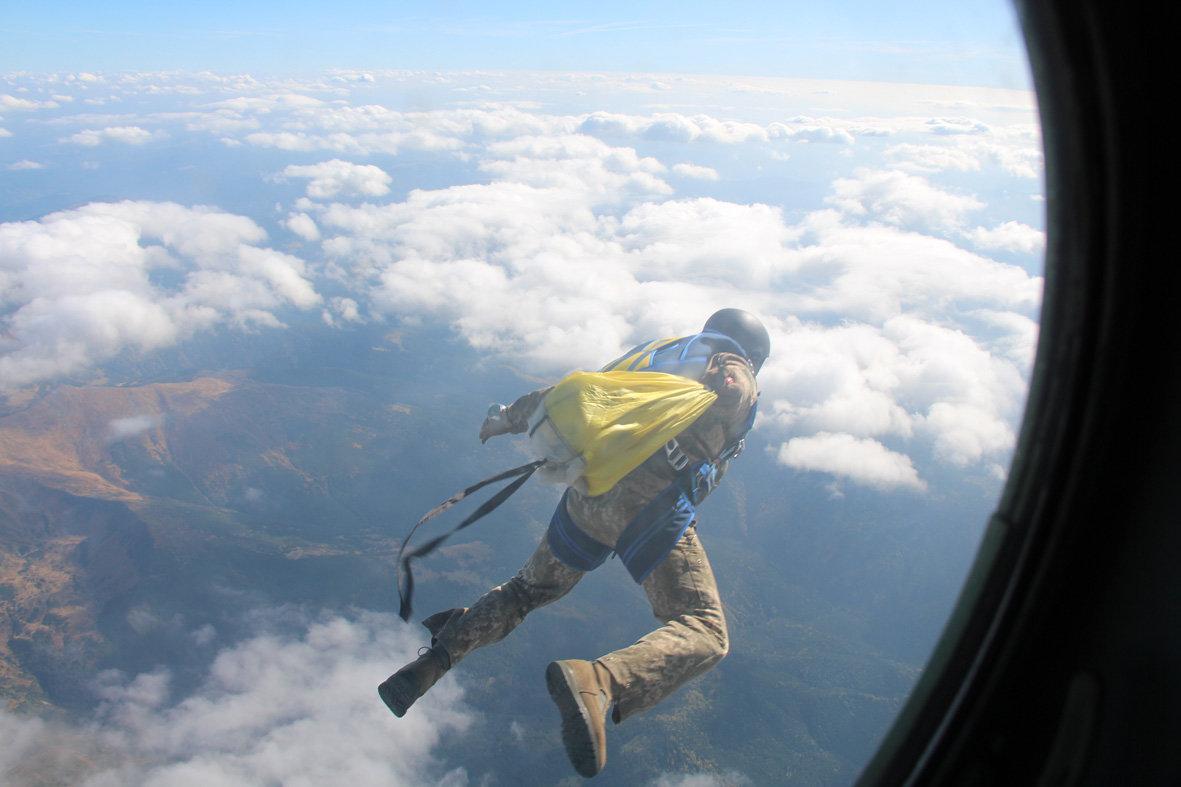 Українські військові рятувальники здійснили стрибки з парашутом на найвищу точку України — гору Говерлу, фото-2