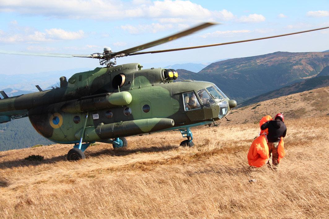 Українські військові рятувальники здійснили стрибки з парашутом на найвищу точку України — гору Говерлу, фото-3