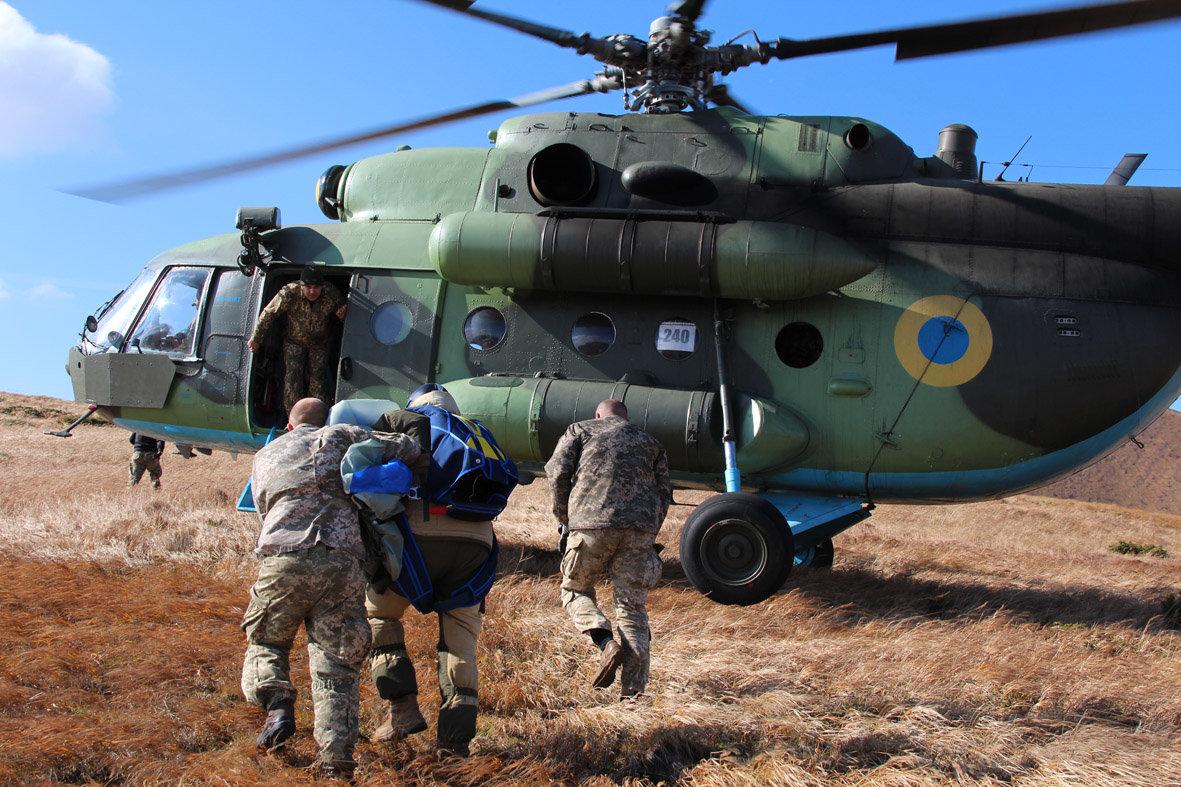 Українські військові рятувальники здійснили стрибки з парашутом на найвищу точку України — гору Говерлу, фото-1