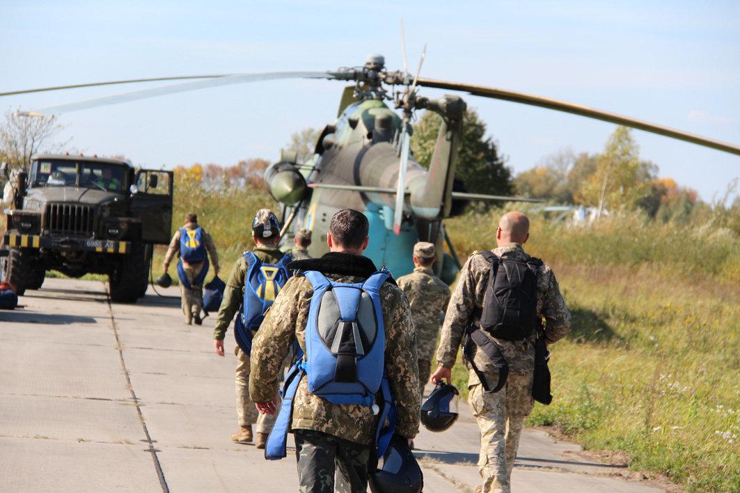 Українські військові рятувальники здійснили стрибки з парашутом на найвищу точку України — гору Говерлу, фото-7