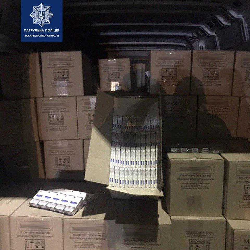 Закарпатські патрульні затримали фургон, запакований безакцизними цигарками (ФОТО), фото-1