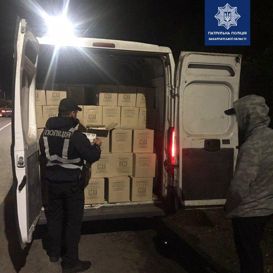 Закарпатські патрульні затримали фургон, запакований безакцизними цигарками (ФОТО), фото-2