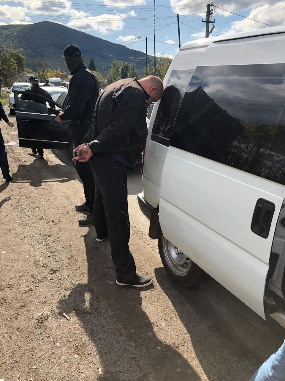 Закарпатці, киянин та молдаванин: з'явились фото та відео із затримання СБУ переправників нелегалів, фото-4