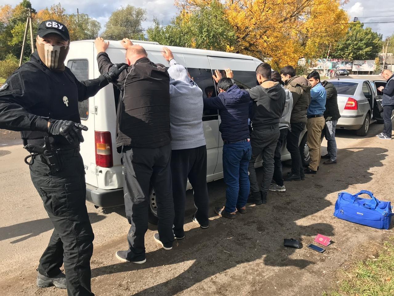 Закарпатці, киянин та молдаванин: з'явились фото та відео із затримання СБУ переправників нелегалів, фото-3