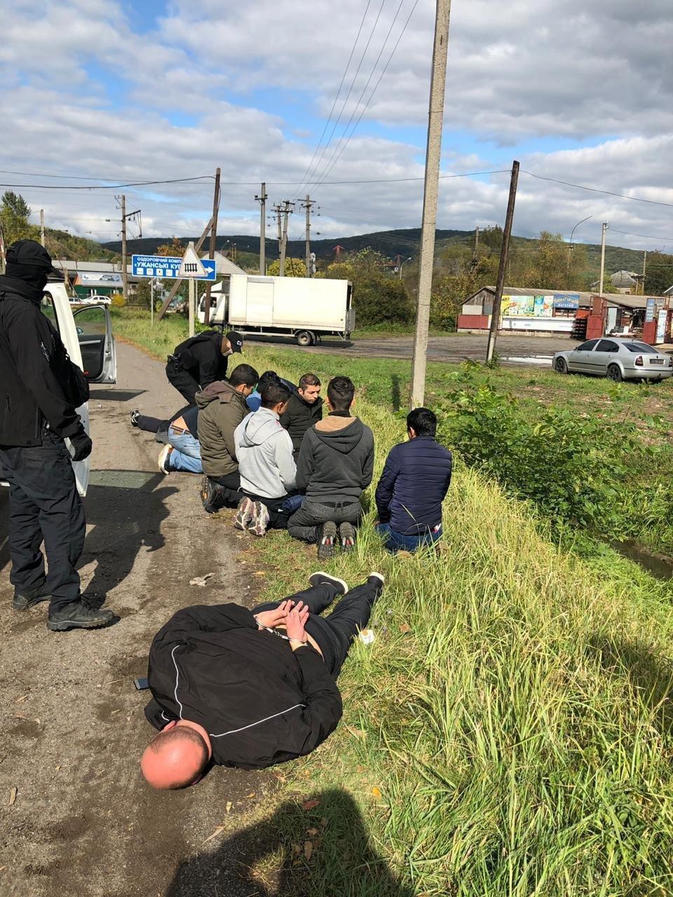 Закарпатці, киянин та молдаванин: з'явились фото та відео із затримання СБУ переправників нелегалів, фото-2