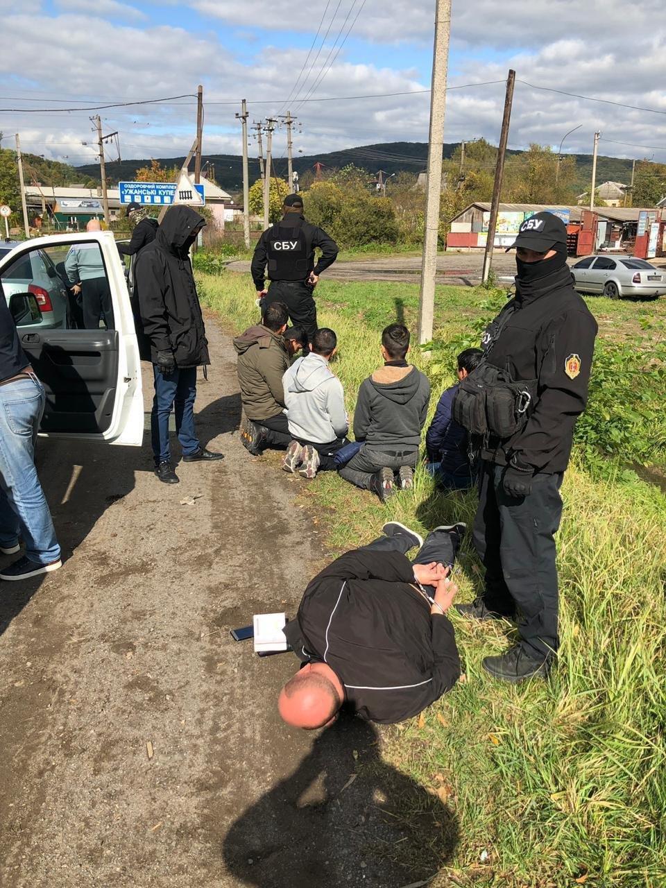 Закарпатці, киянин та молдаванин: з'явились фото та відео із затримання СБУ переправників нелегалів, фото-1