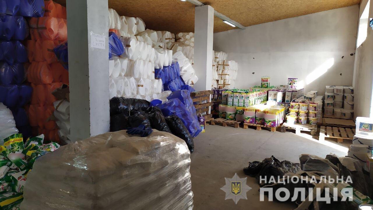 """""""Поприбирали"""": На Закарпатті викрили цех із виготовлення фальсифікату побутової хімії та 100 тонн """"продукції"""" (ФОТО), фото-4"""