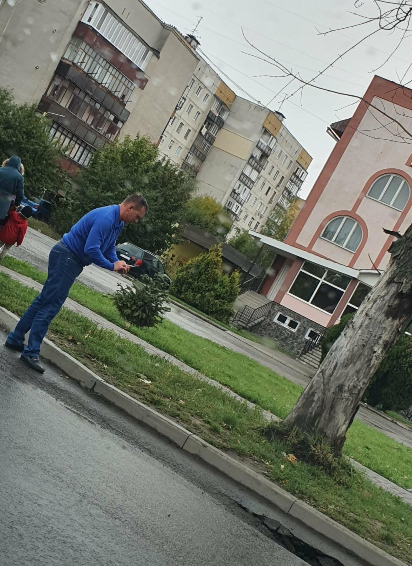 Мер Ужгорода грубо порушив правила дорожнього руху, щоб... сфотографувати яму на дорозі (ФОТОФАКТ), фото-2