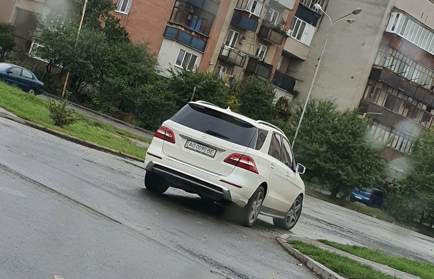Мер Ужгорода грубо порушив правила дорожнього руху, щоб... сфотографувати яму на дорозі (ФОТОФАКТ), фото-3