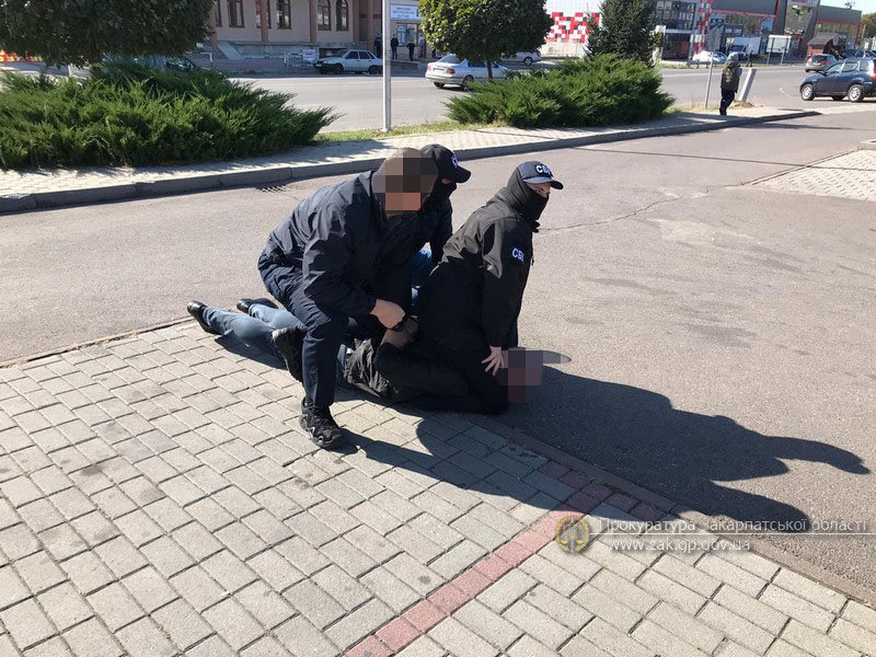 """Упіймали на """"гарячому"""": На Закарпатті затримали державного виконавця  під час отримання тисячі доларів хабара (ФОТО), фото-3"""