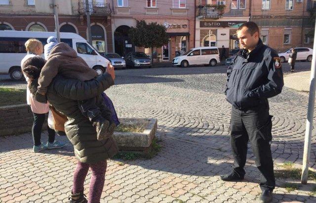 У Мукачеві горе-матір залишила 2-річну дитину саму гуляти центром міста, фото-1