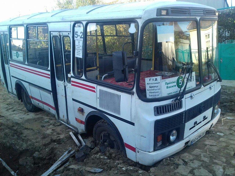 В Мукачеві рейсовий автобус провалився в яму на дорозі (ФОТО), фото-3