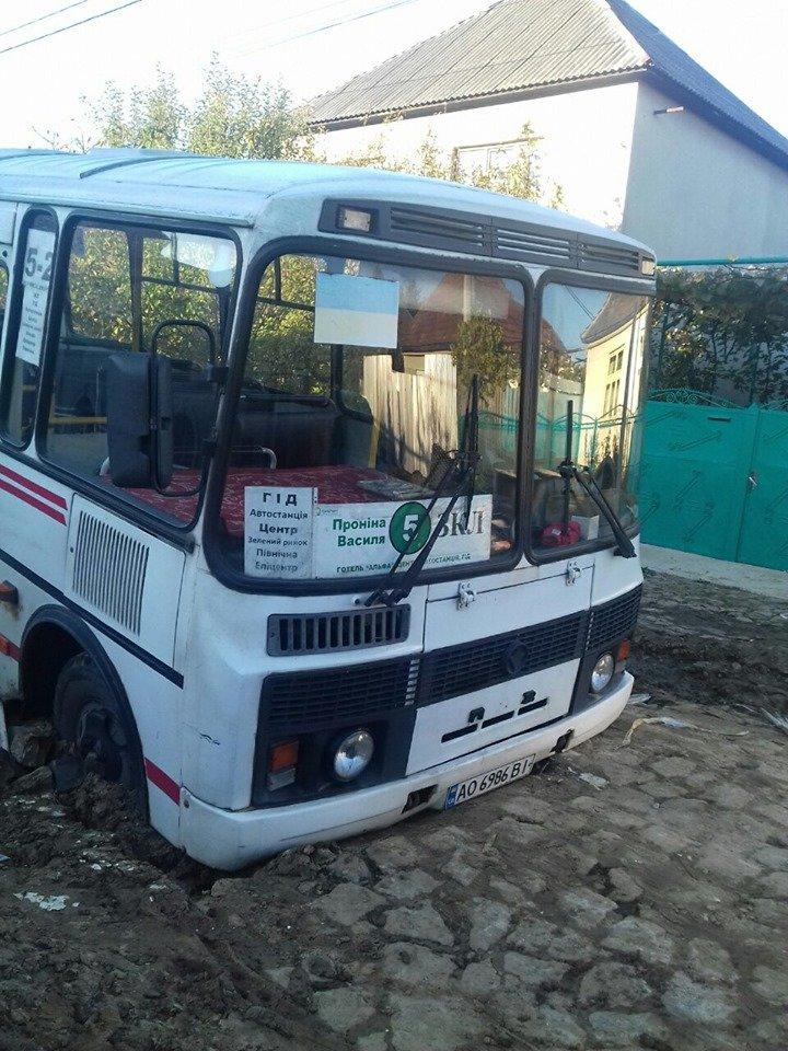 В Мукачеві рейсовий автобус провалився в яму на дорозі (ФОТО), фото-1