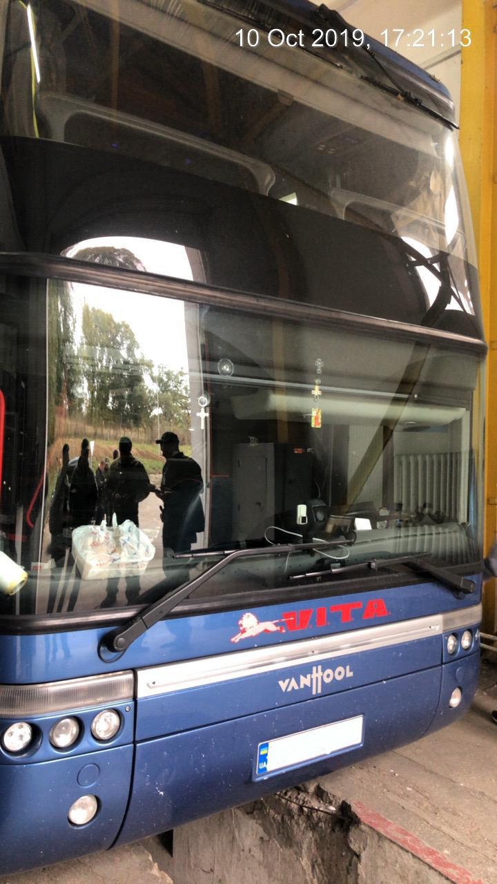 Закарпатські митники виявили в рейсовому автобусі контрабандні приховані цигарки (ФОТО), фото-1