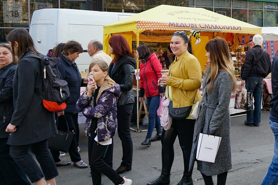 """Смаколики на будь-який смак: В Ужгороді стартував ярмарок """"Золота осінь-2019"""" (ФОТО), фото-8"""