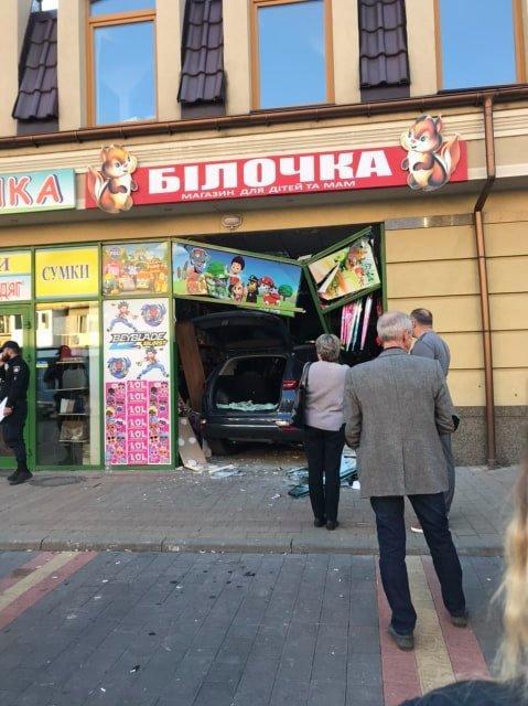 В Ужгороді автівка в'їхала у крамницю (ФОТО), фото-1
