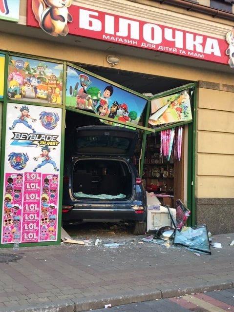 В Ужгороді автівка в'їхала у крамницю (ФОТО), фото-2