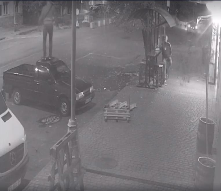 В Ужгороді розшукують хулігана, що заскочив та пострибав на чужому авто (ВІДЕО), фото-3