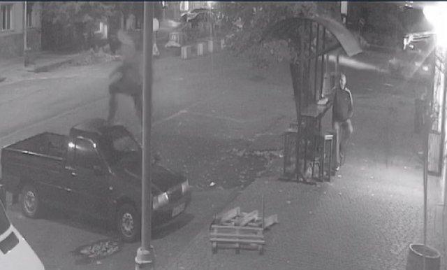 В Ужгороді розшукують хулігана, що заскочив та пострибав на чужому авто (ВІДЕО), фото-2