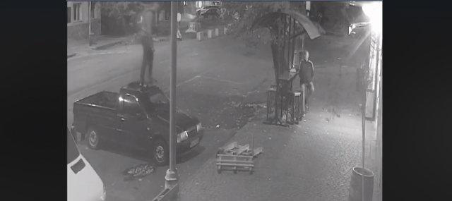 В Ужгороді розшукують хулігана, що заскочив та пострибав на чужому авто (ВІДЕО), фото-1