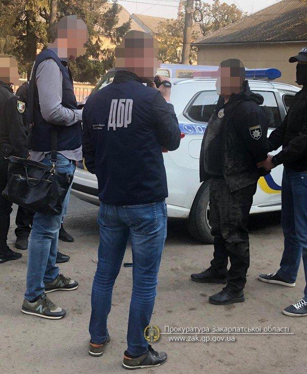 """Посадовця Перечинського відділку поліції, що вимагав відкати, затримували """"на гарячому"""": фото з місця події, фото-1"""