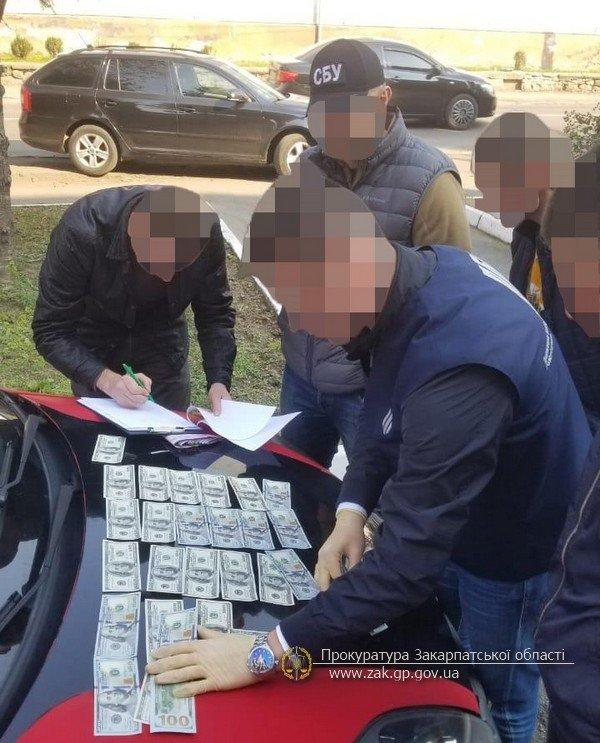 """Посадовця Перечинського відділку поліції, що вимагав відкати, затримували """"на гарячому"""": фото з місця події, фото-2"""