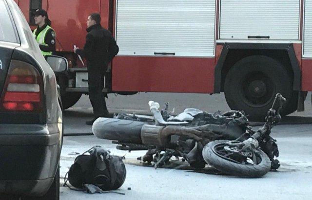 ДТП на Закарпатті: Мотоцикл зіштовхнувся зі Skoda, один із транспортних засобів спалахнув (ФОТО), фото-2