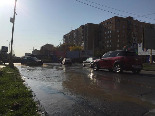 Через аварію в Ужгороді затопило дорогу на перехресті у Новому районі (ВІДЕО), фото-2
