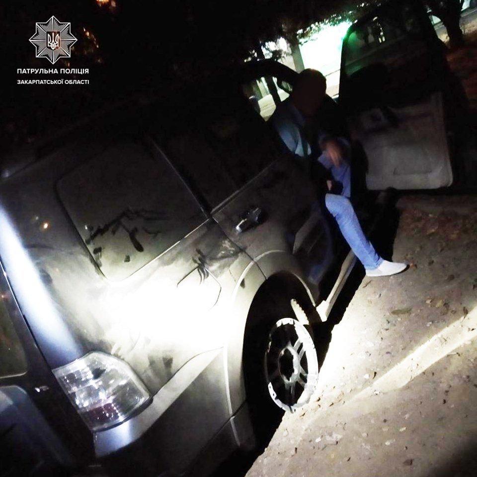 В Ужгороді нетверезий водій заїхав на клумбу (ФОТО), фото-3