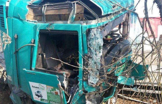 На Закарпатті вантажівка злетіла у кювет (ФОТО), фото-1