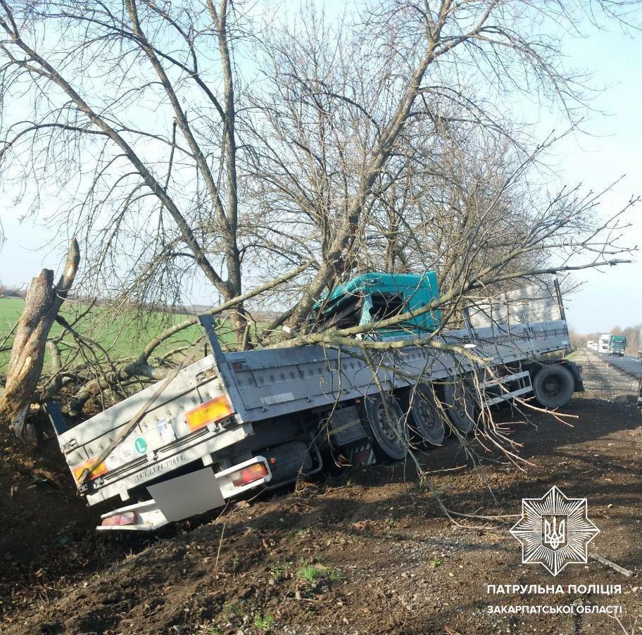 На Закарпатті вантажівка злетіла у кювет (ФОТО), фото-2