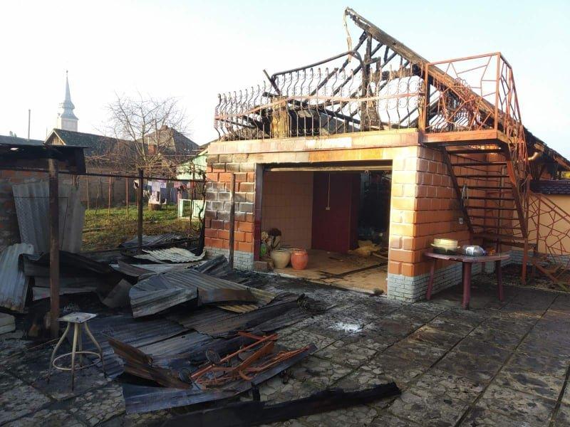 На Ужгородщині вночі за невстановленої причини загорівся гараж (ФОТО), фото-1