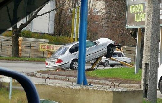 ДТП в Ужгороді: автівка зіткнулася зі стовпом (ФОТО), фото-1