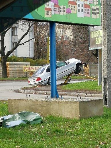 ДТП в Ужгороді: автівка зіткнулася зі стовпом (ФОТО), фото-2