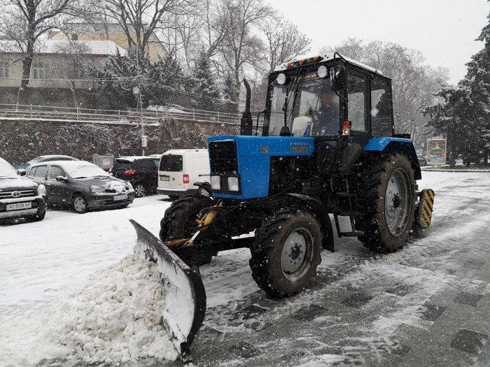 На вулиці Ужгорода виїхала снігоприбиральна техніка (ФОТО) , фото-1
