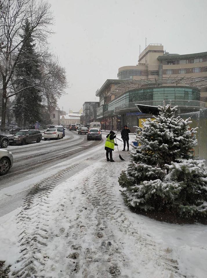 На вулиці Ужгорода виїхала снігоприбиральна техніка (ФОТО) , фото-2