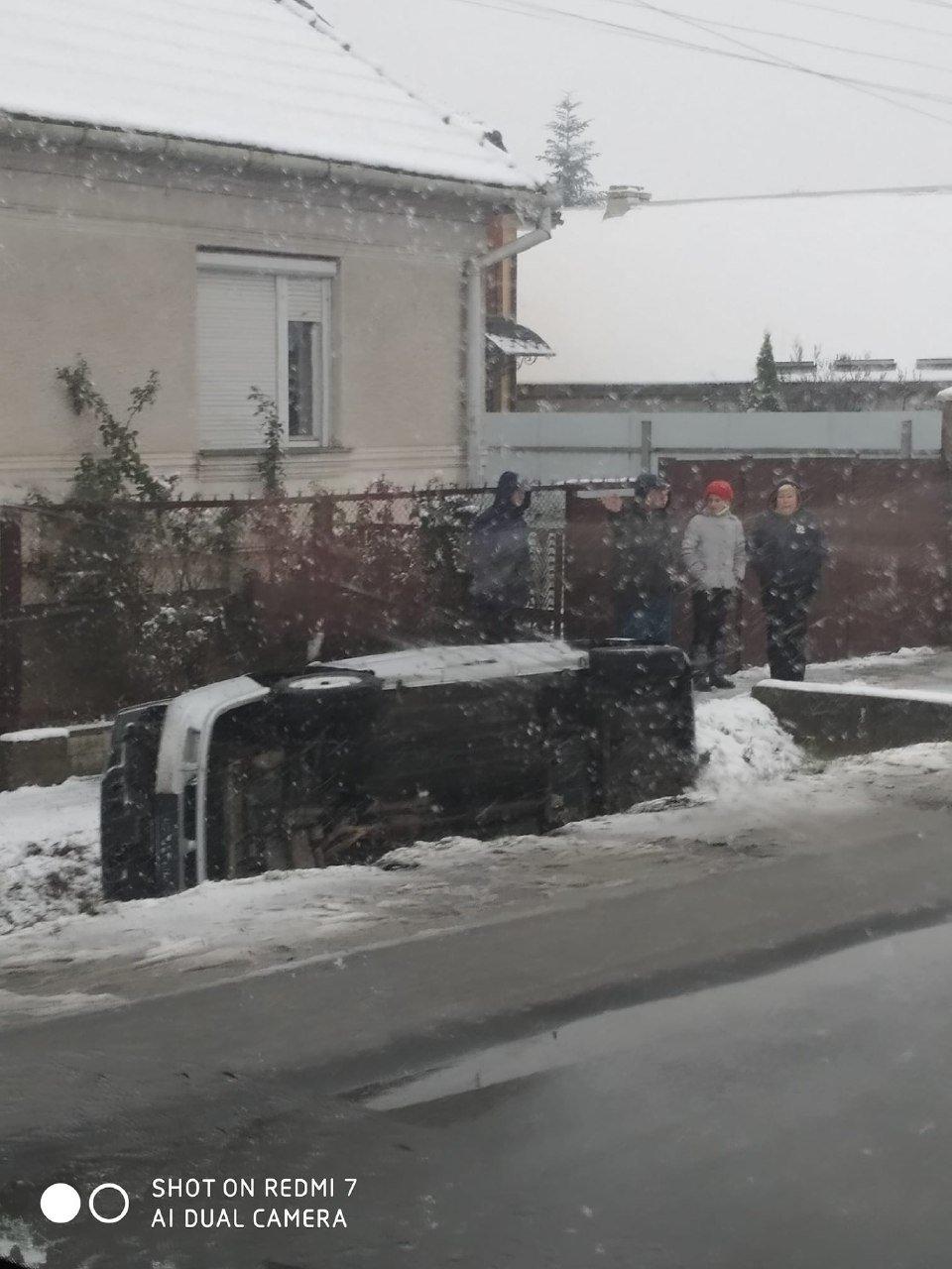 Поліцейські Закарпаття шукають винуватця ДТП, що сталася у Ракошині (ФОТО), фото-1