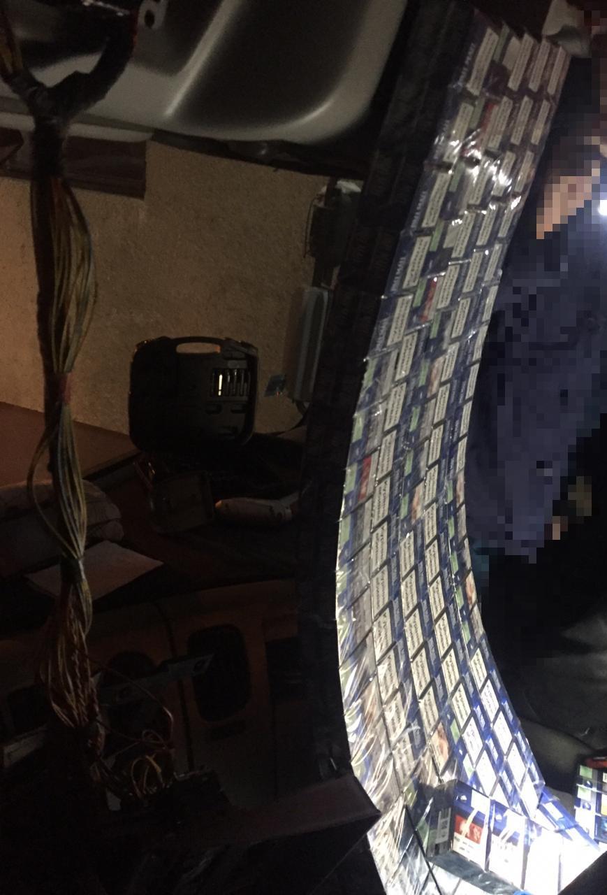 Закарпатські прикордонники забрали у водія тягач через приховані 1090 пачок цигарок (ФОТО), фото-5